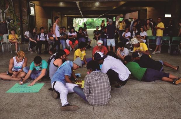Assembleia dos estudantes para decidirem se vão desocupar as es